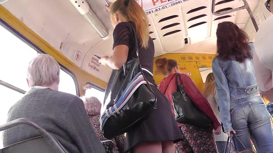 chlen-ogromniy-muzhik-prizhimaetsya-k-zhenskoy-pope-v-avtobuse-napali-sportzale