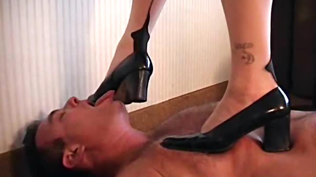 госпожа в перчатках лупит раба ногами