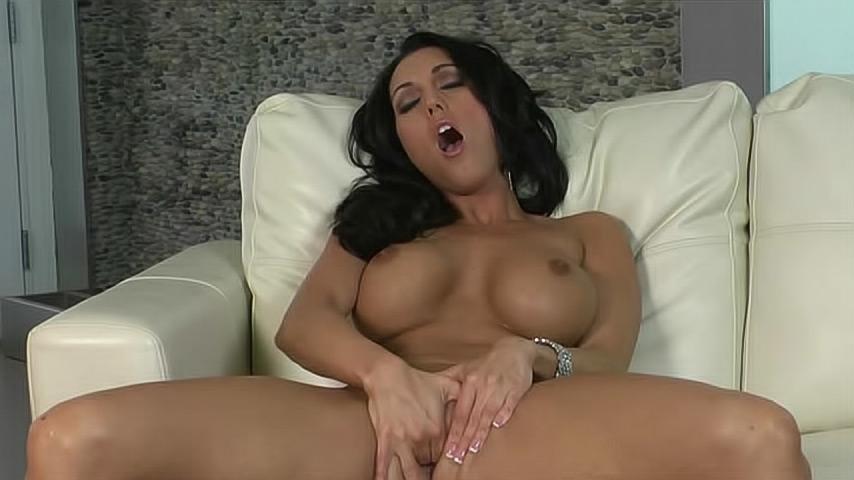 порно грудастая брюнетка мастурбирует на секс машине - 9